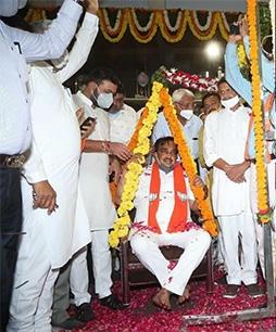 ખોડલધામ ખાતે ગુજરાત ભારતીય જનતા પાર્ટી પ્રદેશ અધ્યક્ષ શ્રી સી.આર.પાટીલની રજતતુલા કરવામા આવી : સી. આર. પાટીલનું સન્માન કેબિનેટ મંત્રી જયેશભાઇ રાદડીયા કર્યું : રાજ્યના પૂર્વ ગૃહમંત્રી ગોરધનભાઈ ઝડફિયા – ખોડલધામના શ્રી નરેશભાઇ પટેલ સહિતના આગેવાનોની ઉપસ્થિતી.