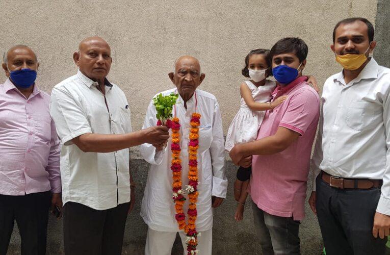 Dhoraji-Rajkot:-ધોરાજીના ૯૩ વર્ષના જાગાભાઈ રાખોલીયા એ કોરોના ને હરાવીયો: પરિવારજનો દ્વારા ભવ્ય સ્વાગત કર્યુ.