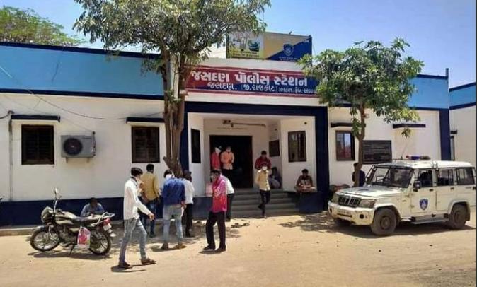 Jasdan-Rajkot જસદણના ૭ થી ૮ વેપારીઓ પાસેથી ૧પ.૬૩ લાખનો માલ સામાન લઇ બે શખ્સો રફુચકકર.