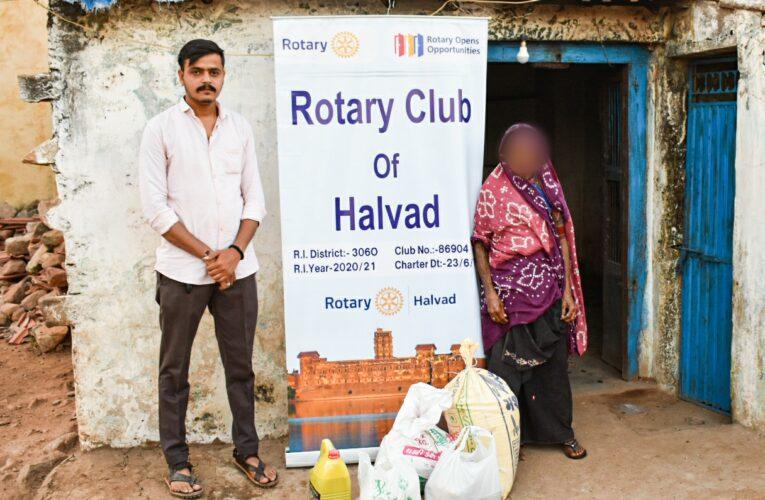 """Halvad-Morbi સુદામાની ઝોળી"""" ૭૫ વર્ષના નિરાધાર માજીને ચાર માસ ચાલે એટલું અનાજ અને કરીયાણું ભરી આપવામાં આવ્યું હતું."""