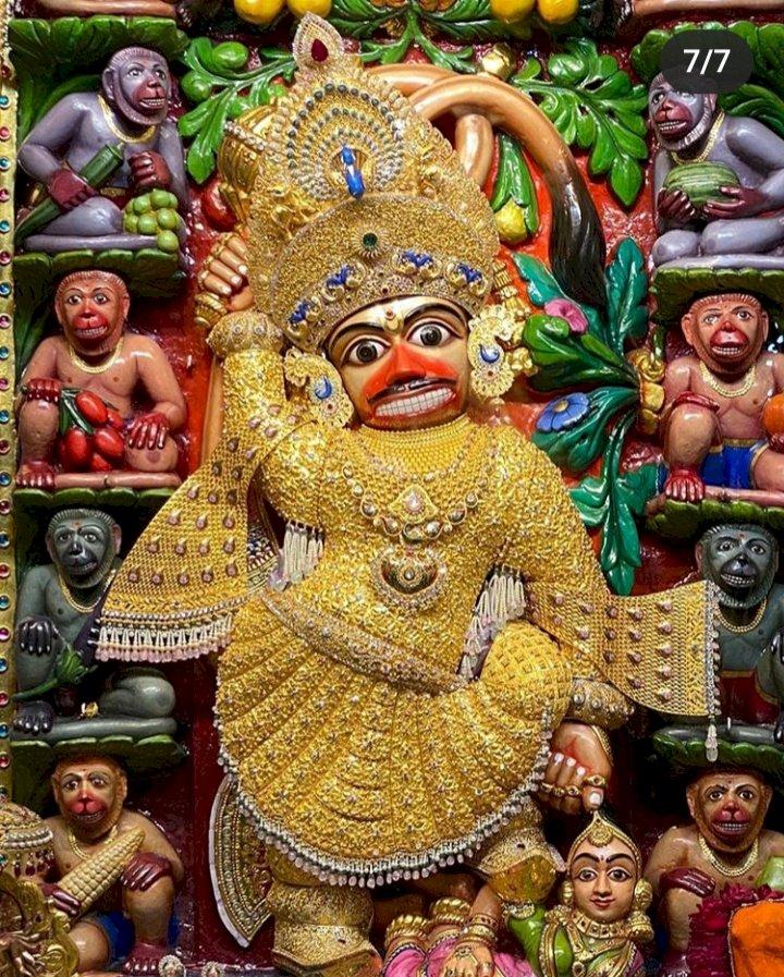 Salangpur-Botad સાળંગપુર કષ્ટભંજન હનુમાનજીના ૮ કિલો સોનાના વાઘા તૈયાર કરતા લાગ્યો ૧ વર્ષ જેટલો સમય, જાણો કેવી છે વિશેષતાઓ ૨૨ જેટલા મુખ્ય ડિઝાઇનર આર્ટિસ્ટ સાથે મળી ૧૦૦ જેટલા સોનીએ કામ કર્યું છે.