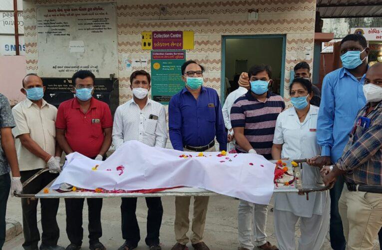 Dhoraji-Rajkot રાજકોટ જીલ્લા ધોરાજી અજાણ્યા પુરૂષની લાશ ની અંતીમ વિધી કરતા માનવ સેવાના યુવક મંડળ ના કાયૅકતાઓ હોસ્પિટલના અધીક્ષક અને ડોક્ટરો પણ સેવા માં જોડાયા.