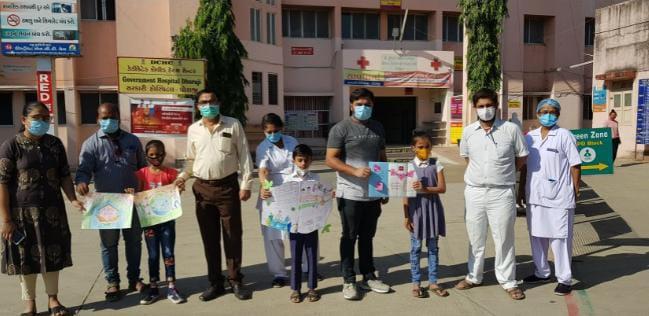 Dhoraji-Rajkot ધોરાજી ની આદર્શ શાળાના ધોરણ પ ના વિદ્યાર્થીઓએ સરકારી હોસ્પિટલના ડોકટરો અને સ્ટાફને ચિત્રો આપી સન્માનીત કર્યાં.